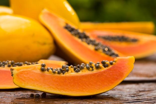 In scheiben geschnittene frische papaya auf holztisch
