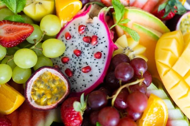In scheiben geschnittene frische tropische früchte