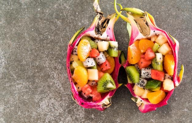 In scheiben geschnittene früchte mischen