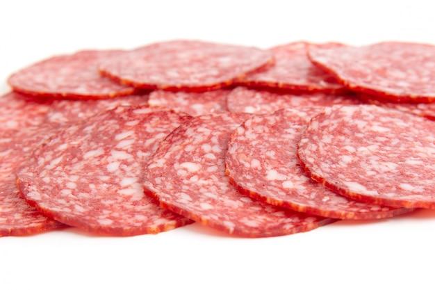 In scheiben geschnittene geräucherte salami-wurst