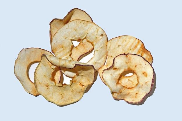 In scheiben geschnittene getrocknete äpfel auf einem weißen tisch. draufsicht.