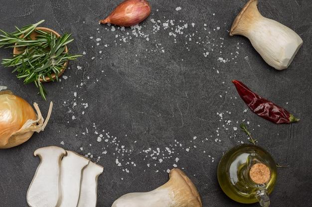 In scheiben geschnittene pilze rosmarinzweige zwiebeln und olivenöl