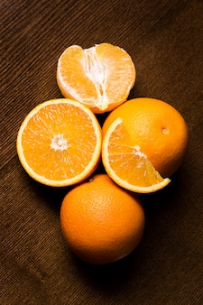 In scheiben geschnittene und ganze orangen