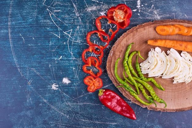 In scheiben geschnittener chili-pfeffer oder paprika-gemüsebrett beiseite.