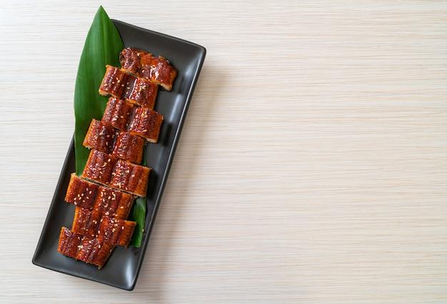 In scheiben geschnittener gegrillter aal oder gegrillter unagi mit sauce (kabayaki). japanischer essensstil