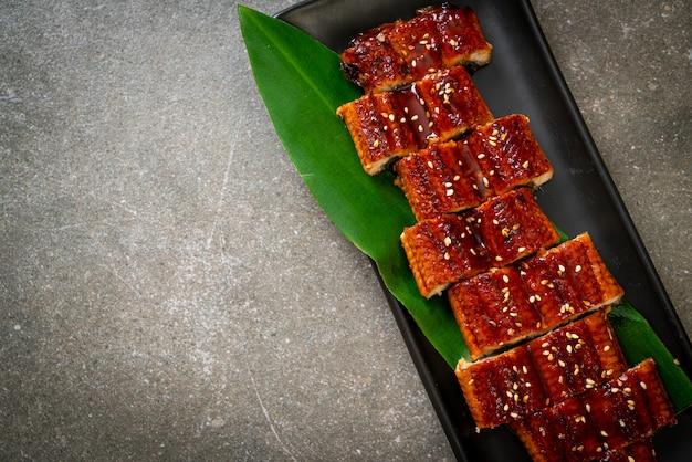 In scheiben geschnittener gegrillter aal oder gegrillter unagi mit sauce (kabayaki) - japanischer essensstil