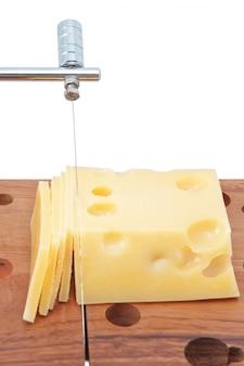 In scheiben geschnittener käse auf holzbrett