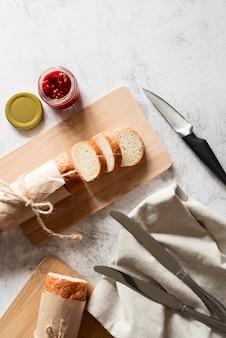 In scheiben geschnittenes baguette mit marmelade und honig flach legen