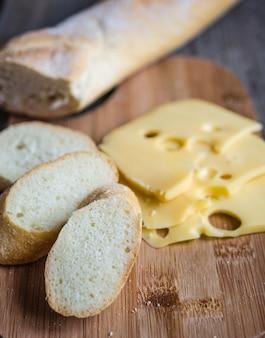 In scheiben geschnittenes französisches baguette und käse