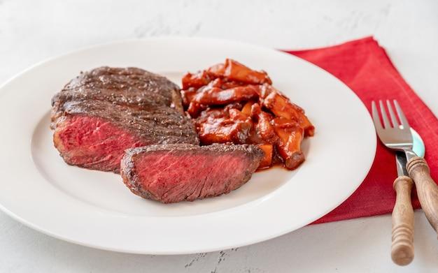 In scheiben geschnittenes rib-eye-steak mit pilzeintopf