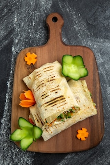 In scheiben geschnittenes sandwich mit gegrilltem fleisch auf grauem hintergrund burger sandwich food mahlzeit