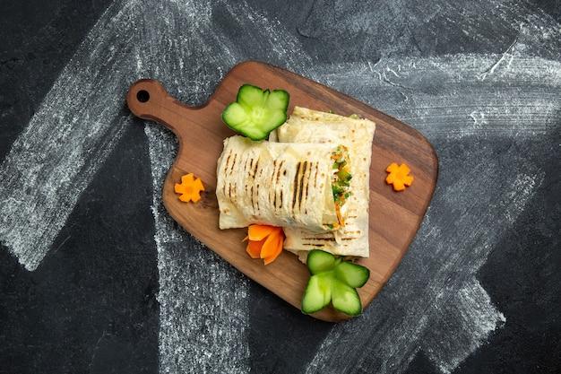In scheiben geschnittenes sandwich mit gegrilltem fleisch auf grauem hintergrund burger sandwich mahlzeit essen