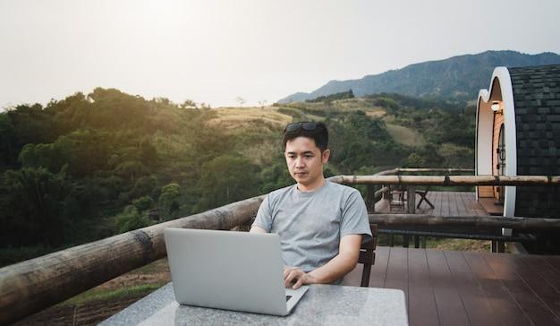 In schöner natur mit einem laptop arbeiten