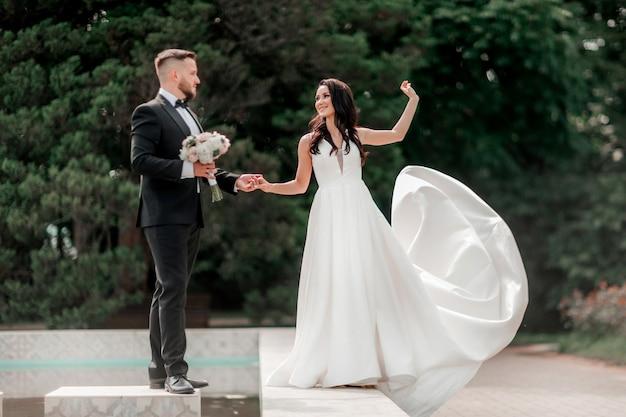In vollem wachstum. die braut und der bräutigam auf einem spaziergang an einem sommertag