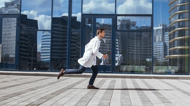 In vollem wachstum. ein betroffener sanitäter rennt, um zu helfen.