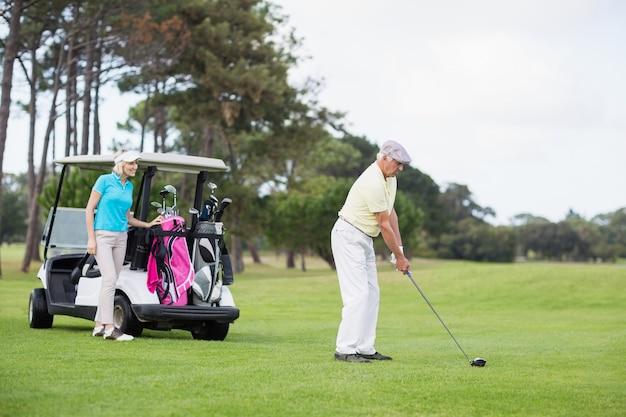 In voller länge golfer mit frau