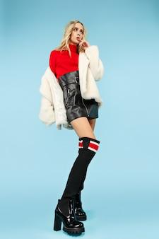 In voller länge porträt junge elegante frau. weibliches mode- und einkaufskonzept