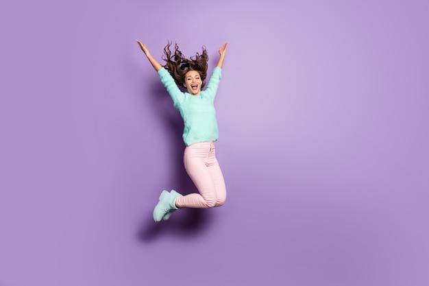 In voller länge porträt von funky dame springen hoch oben gute laune freude werfen frisur fliegen wochenende tragen fuzzy sweater rosa pastell hosen schuhe.