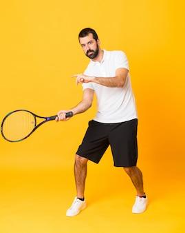 In voller länge schuss des mannes tennis spielend