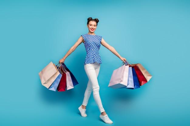 In voller länge tragen ziemlich lustige lady walk viele rucksäcke