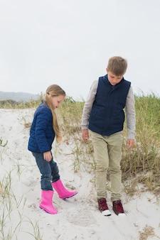 In voller länge von geschwistern am strand