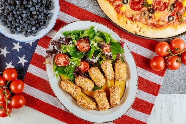 Independence day party tisch mit leckerem essen für amerikanische feiertage.