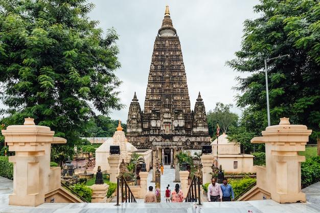 Inder, die barfuß zum mahabodhi-tempel gehen.
