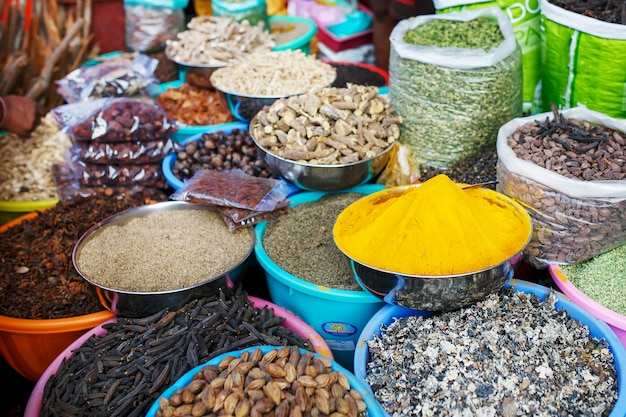Inder farbige gewürze am lokalen markt. eine vielzahl von gewürzen in verschiedenen farben und schattierungen, aromen und texturen an den ständen des indischen marktes