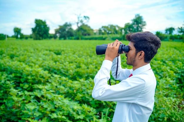 Inder genießt in der natur mit fernglas