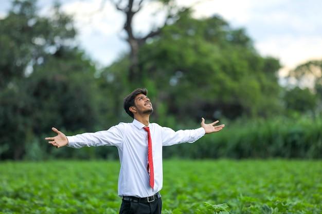 Inder genießt in der natur