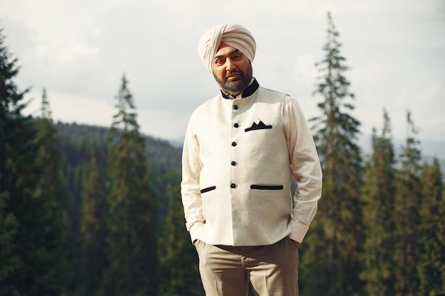 Inder in den bergen. männchen in einem traditionellen turban. hinduist.