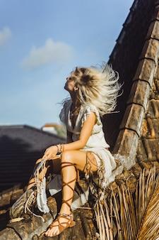 Inderin auf dem dach. traumfänger. schönes blondes mädchen mit traumfängern.