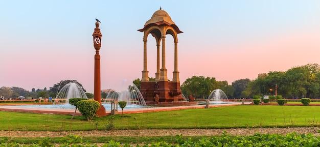 India gate und der baldachin, schönes morgenpanorama.