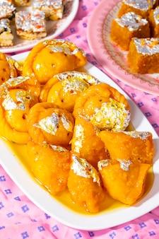Indian diwali sweet food chandrakala mit zuckerfreien trockenfrüchten, mung dal chakki und sweet samosa