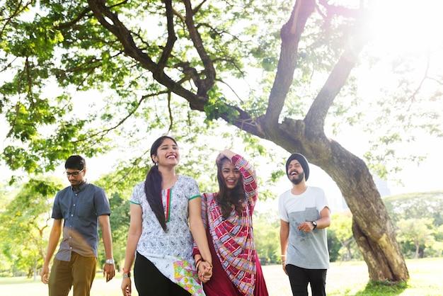Indian ethnicity park begleiter freund konzept