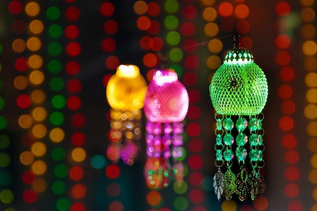 Indian festival diwali, bunte laterne hängt vor dem haus