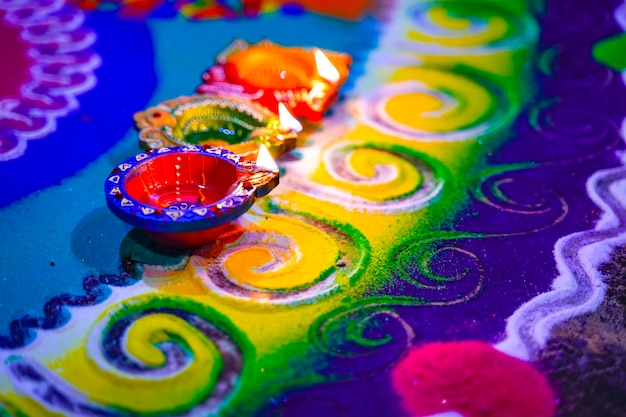 Indian festival diwali, lampe auf buntem rangoli-design