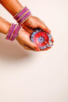 Indian festival diwali, lampe in der hand
