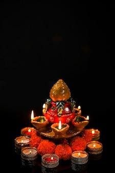 Indian festival diwali, öllampe auf dunklem hintergrund