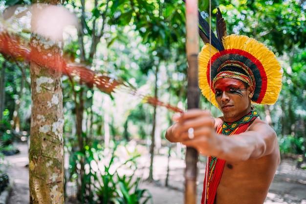 Indianer aus dem stamm der pataxó mit pfeil und bogen