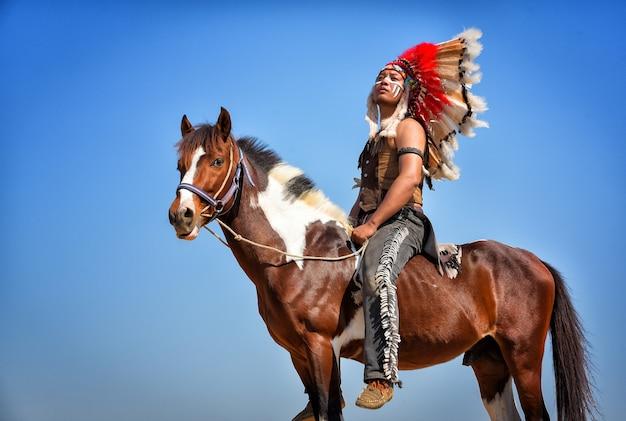 Indianer sitzt auf seinem pferd.