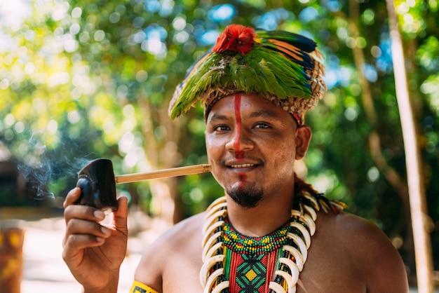 Indianerhäuptling aus der pfeife des pataxó-stammes