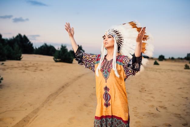 Indianerin hände hoch, ritual, rituelle zeremonie cherokee, navajo reservierungsleute. kopfschmuck aus federn von wildvögeln