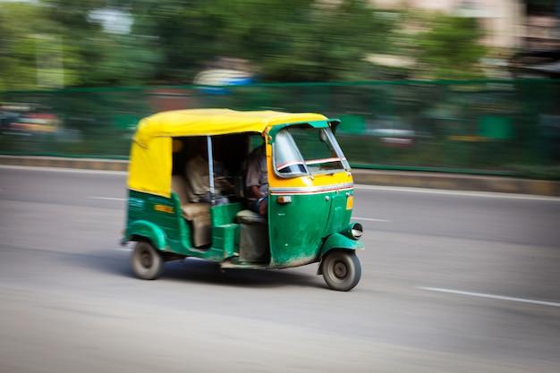 Indische auto-autorikscha auf der straße. delhi, indien