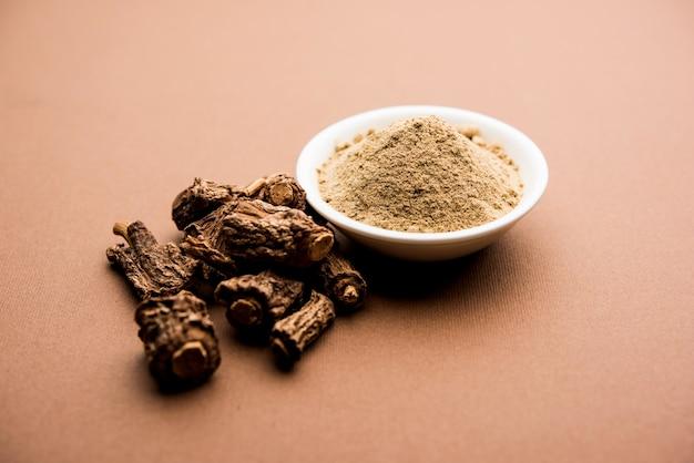Indische ayurvedische sarsaparilla, hemidesmus indicus oder ananthamoola oder naruneendi oder nannari in getrocknetem dampf und pulver