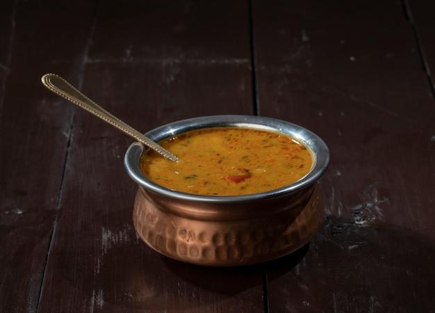 Indische berühmte küche dal tadka auf vintage holz hintergrund
