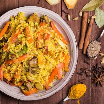 Indische biryani mit huhn und gewürzen