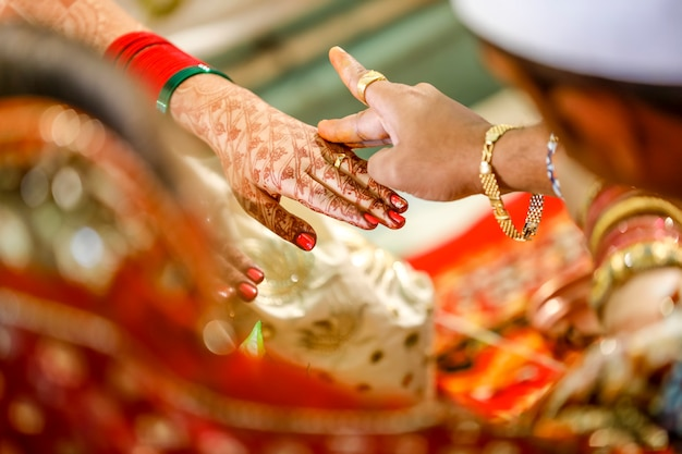 Indische brauthand mit mehndi-entwurf