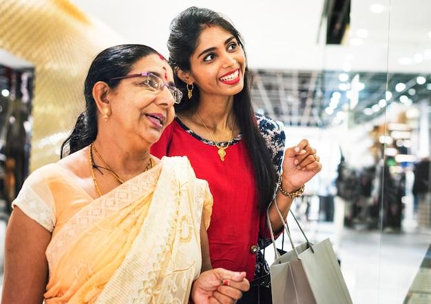 Indische familie, die ein einkaufszentrum genießt