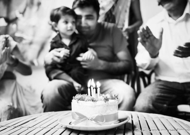 Indische familie, die eine geburtstagsfeier feiert
